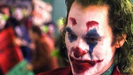 'Joker': No vas a creer el atuendo de Joaquin Phoenix en esta nueva foto